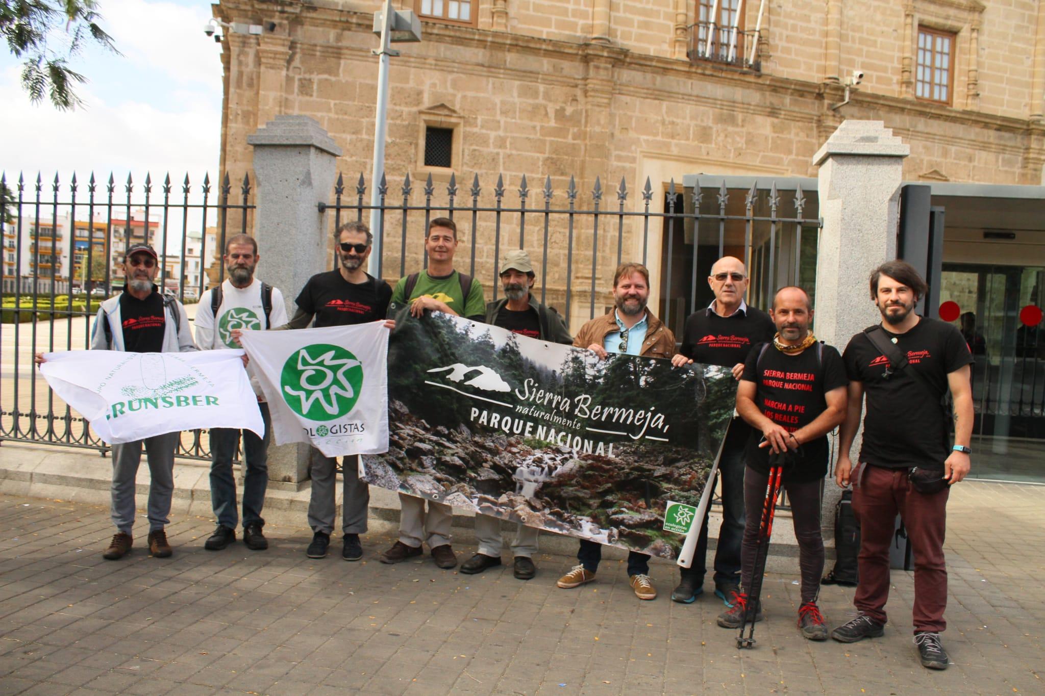 Pumuky en Sevilla con compañeros de Ecologistas en Acción y Grunsber